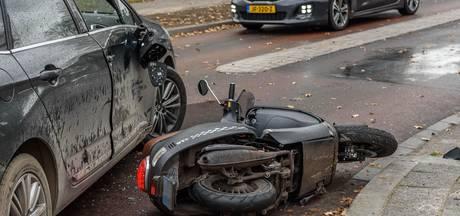 Scooter en auto botsen op kruising in Breda