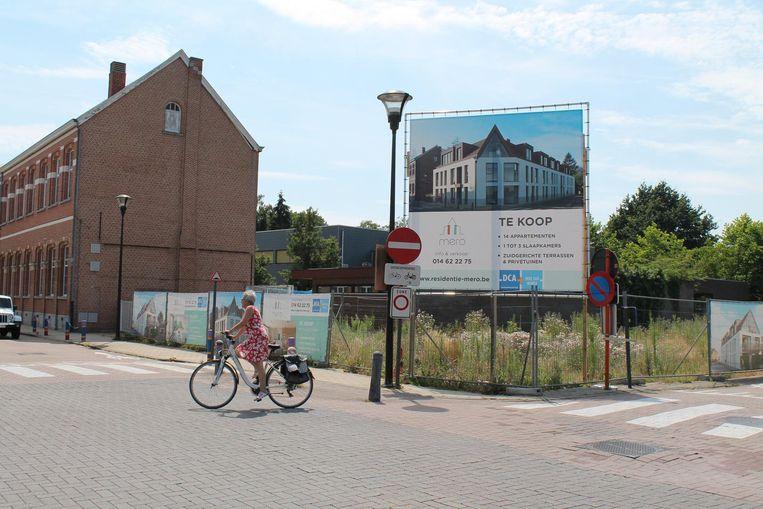 De veertien flats komen op de hoek van de Kapelstraat en de Lostraat, naast basisschool De Sleutel (l.).