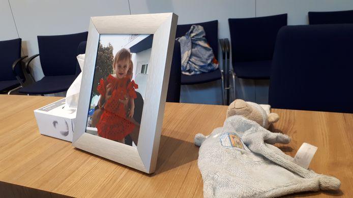 Tijdens de inhoudelijke behandeling van de zaak had de vader van Xaja een foto van zijn dochtertje en haar knuffel bij zich.