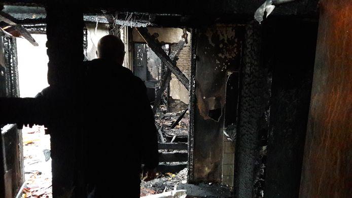 Arie den Dekker in zijn uitgebrande woning.