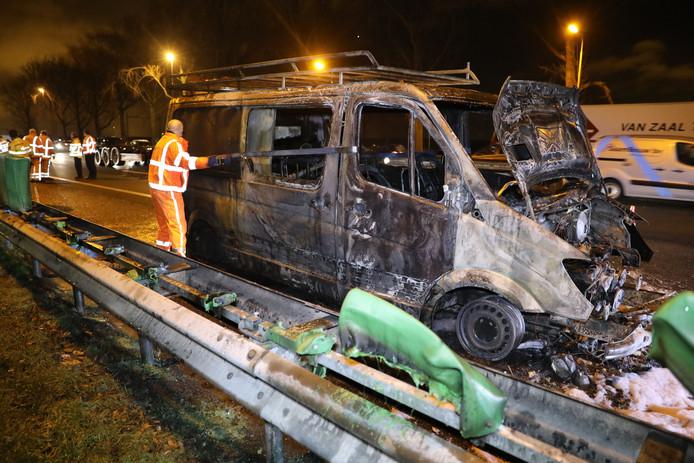 De A12 richting Den Haag is vanmorgen volledig afgesloten geweest vanwege een voertuigbrand