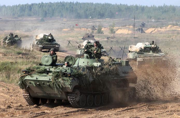 Tanks van het Wit-Russische leger bereiden zich voor op de oefening.