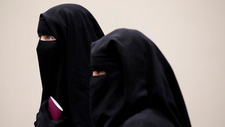 Bezoekers van de Tweede Kamer gekleed in een niqab, voor aanvang van het debat in de Tweede Kamer over gezichtsbedekkende kleding in 2016. Beeld anp
