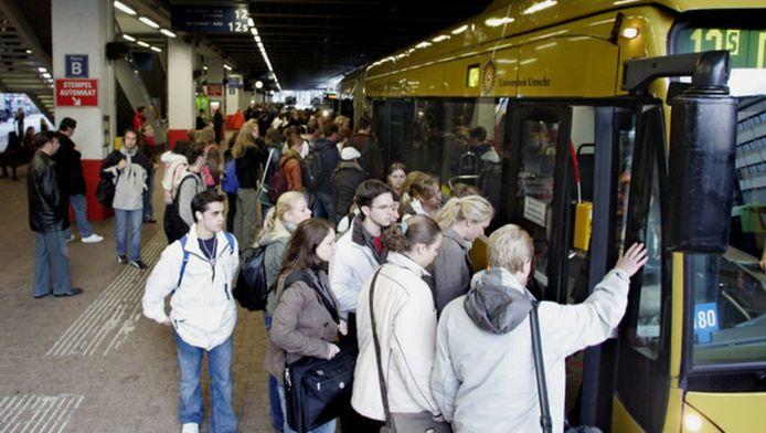 Overvolle bussen van het Centraal Station naar de Uithof moeten na de zomer verleden tijd zijn.
