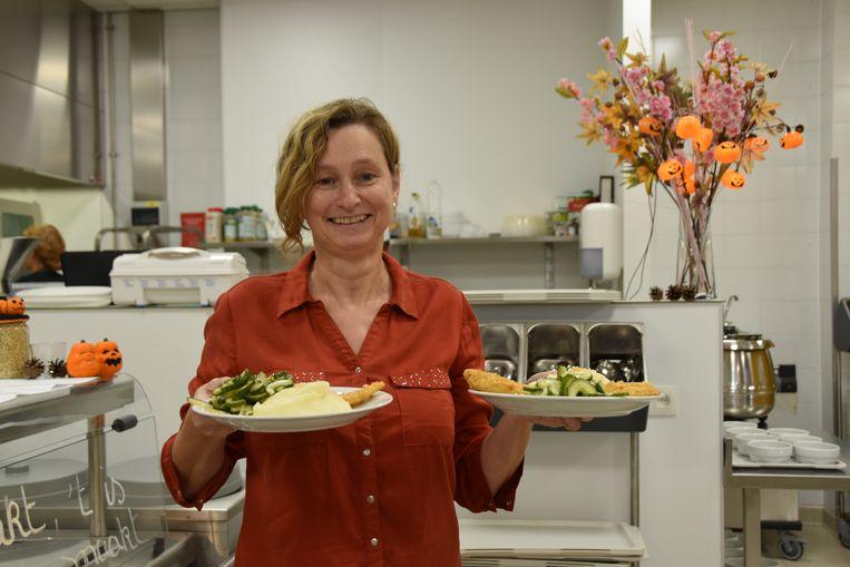 Campusdirecteur Anja De Kimpe is voor één keer ober.