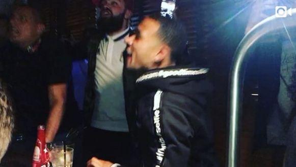 Memphis Depay viert de overwinning van Lyon in een lokale kroeg