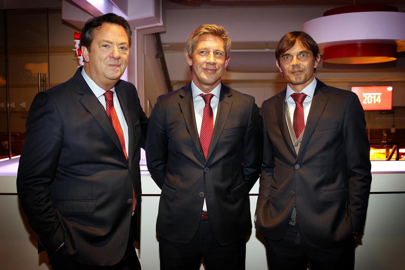 Tiny Sanders (links) als algemeen directeur bij PSV samen met technisch directeur Marcel Brands en hoofdtrainer Phillip Cocu.