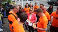Burgemeester en schepen lopen en fietsen van Wevelgem naar Brussel