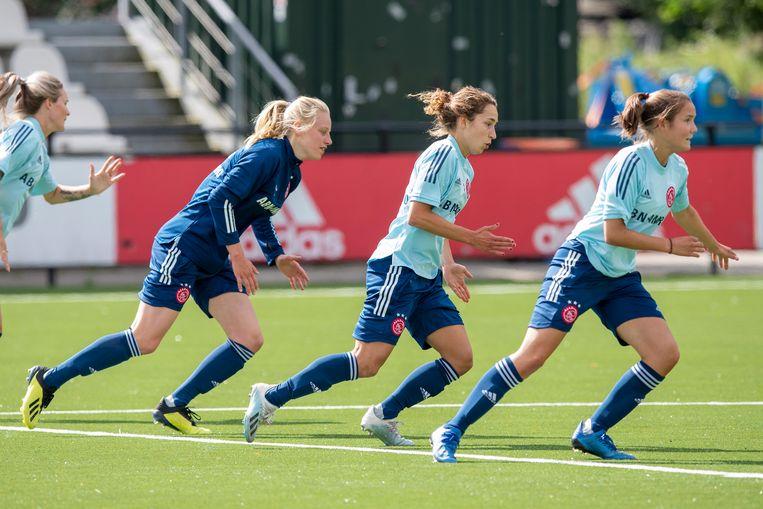Iris Stiekema, Soraya Verhoeve en Bodil van den Heuvel van Ajax 1 op de training Beeld Ajax / Jasper Ruhe