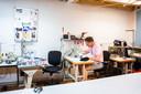 Harry van Duren aan het werk in zijn atelier.