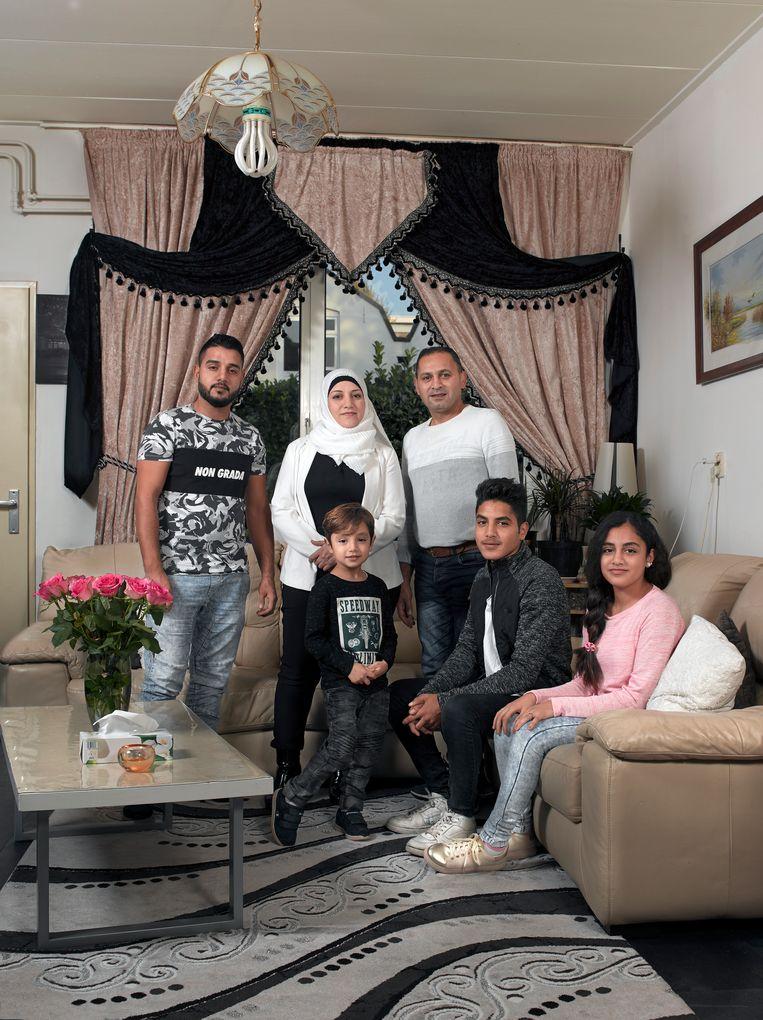 Shafika Aldabei (44), huisvrouw, met man Mamduoh en hun kinderen: Mahmoed, de oudste, zoon Moeayad, dochter Soaad en Amro, de jongste. Beeld Bram Tackenberg