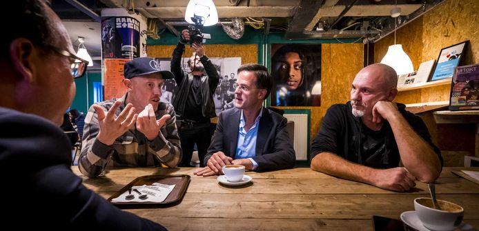 Premier Mark Rutte op bezoek in koffiebar Heilige Boontjes in Rotterdam met oprichter Rodney van den Hengel (rechts). Deze laatste geeft dinsdag college bij Samen in de Regio in het Eventum in Bergen op Zoom.