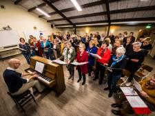 Hengeloos vrouwenkoor Mevrouw Hoov geeft kerstconcert met een lach en een traan