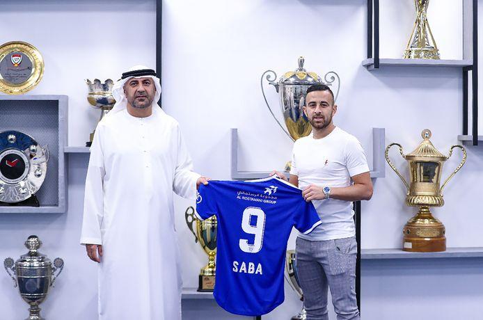 Dia Saba ([) poseert bij zijn nieuwe club.