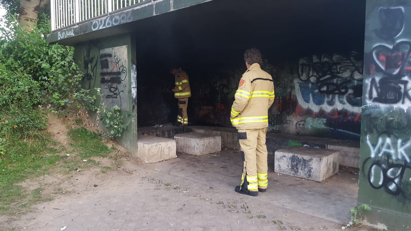 Zondagavond is de Arnhemse brandweer uitgerukt voor een brand in een jeugdbunker aan de Nieland in Huissen.