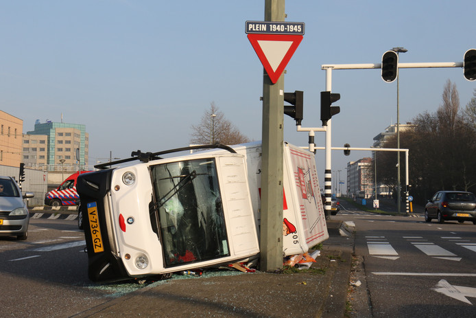 Een bezorgauto van Picnic is gekanteld tegen een lantaarnpaal aangekomen.