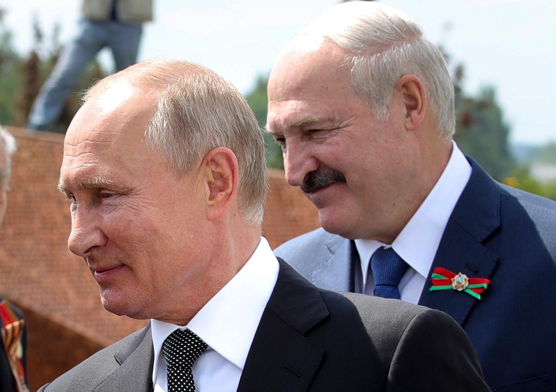 Vladimir Poetin en Aleksandr Loekasjenko ontmoetten elkaar in juni bij een Tweede Wereldoorlog-herdenking in Rusland. Beeld AP