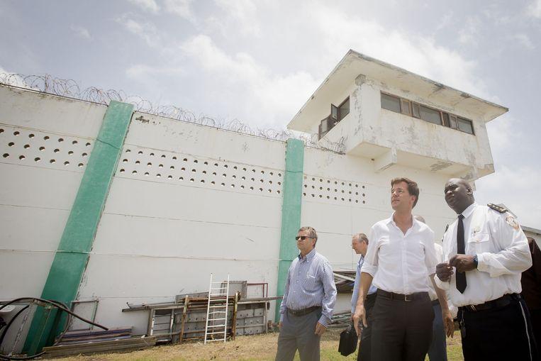 Premier Mark Rutte tijdens een bezoek aan de Point Blanche-gevangenis in 2013. Beeld ANP