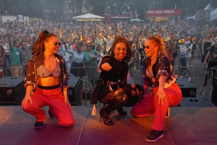 Nakatomi: zangeres Rachel Spier, geflankeerd door Amaranta Wolters en Meyline Schuurs.
