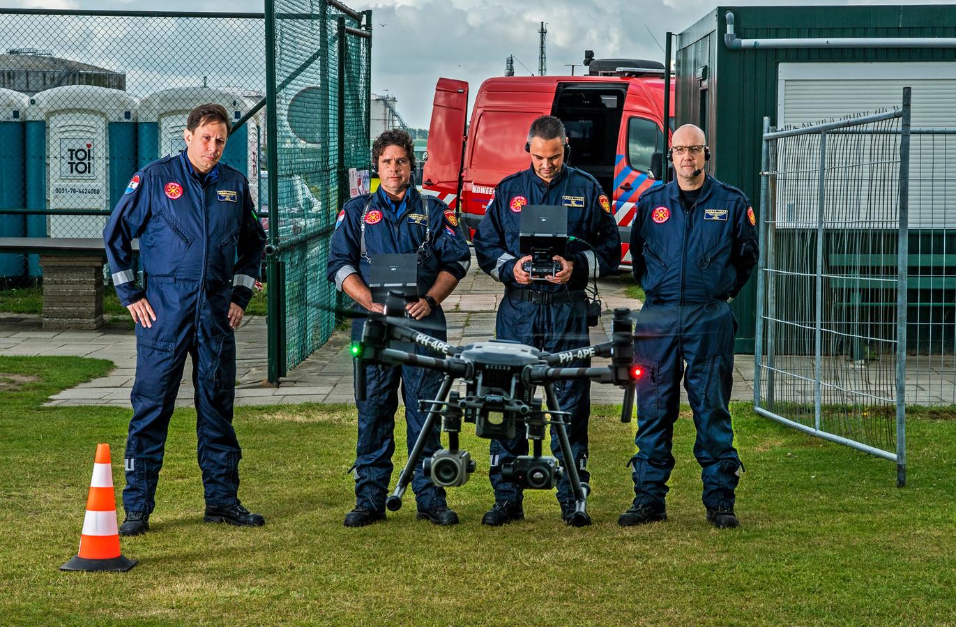 Het Droneteam Rotterdam Rijnmond van de Gezamenlijke Brandweer oefent in Rozenburg. Het team wordt steeds vaker ingezet bij incidenten.