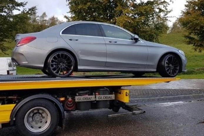 Drie auto's werden in beslag genomen, waaronder een Mercedes.