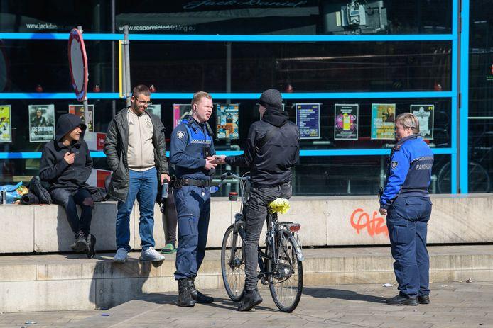 Boa's uit Enschede, vorige week, in het centrum. Deze jongens werden gewaarschuwd.