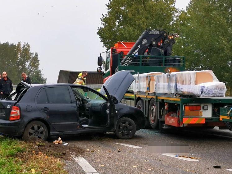 Auto schiet op de verkeerde baan en knalt op vrachtwagen Ede
