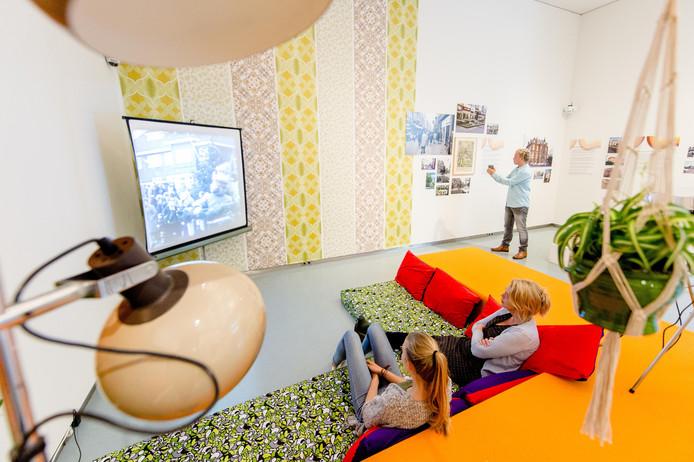Het echtpaar Hogenkamp vertelt in het Stedelijk Museum over Zwolle in heden en verleden vanwege de expositie 'Zwolle in de jaren '70 en '80' die momenteel te zien is.
