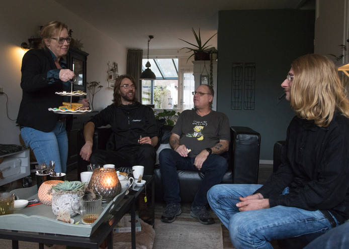 Links naar rechts:  Petra de Rooij (l) trakteert haar gasten op iets lekkers. Dat zijn welzijnswerker Matijs Gerrits en buurtgenoten Bart Fernhout en Mark Spaanderman (vlnr).