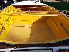 Zitplank boot versplintert autoruit in Dalfsen