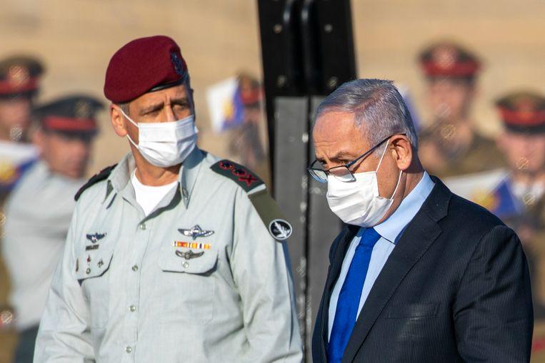 De topman van het Israëlische leger, stafchef Aviv Kochavi, in gesprek met premier Benjamin Netanyahu