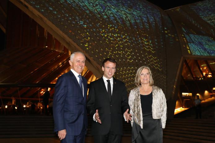 De Australische minister-president Malcolm Turnbull, de Franse president Emmanuel Macron, en Lucy, de vrouw van Turnbull.