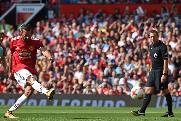 Ruud van Nistelrooy scoort van elf meter.
