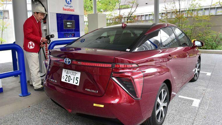 De Toyota Mirai bij een waterstofstation in Tokio. Beeld afp