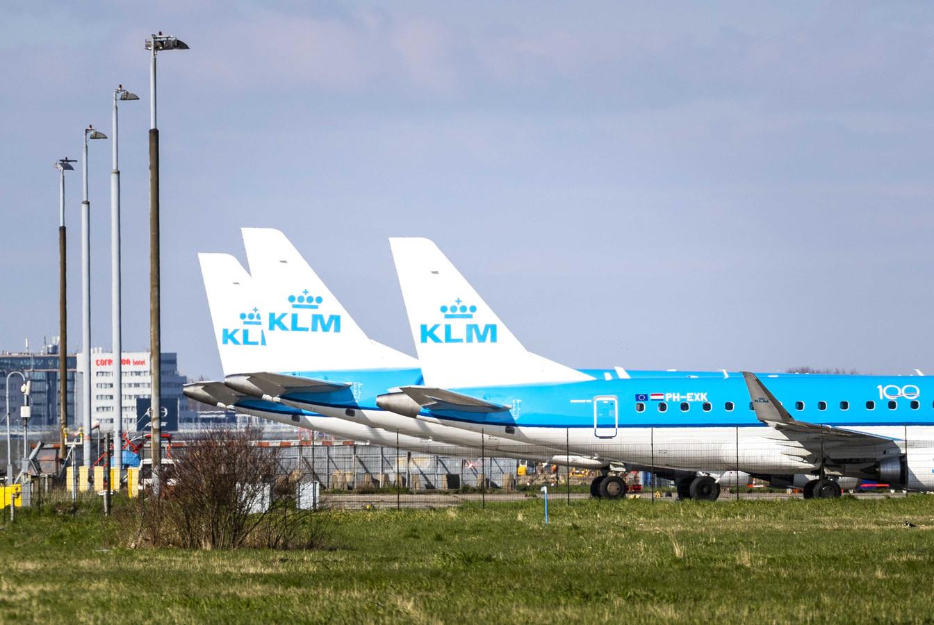 Vliegtuigen van KLM staan aan de grond op Schiphol. KLM bouwt haar Europese netwerk verder af, nu de maatschappij vanwege het nieuwe coronavirus steeds minder passagiers verwelkomt
