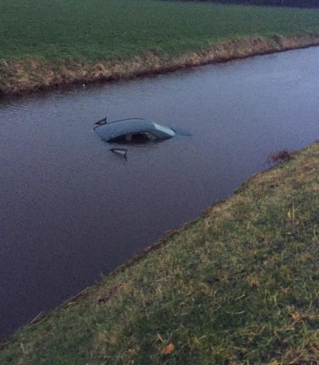Twee omstanders redden inzittende uit zinkende auto in Bergentheim