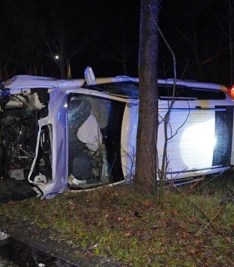 Man gewond nadat auto hard tegen boom in Nieuwleusen klapt