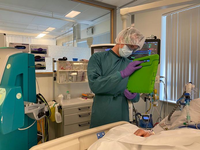IC-verpleegkundige Leendert de Keijzer  van Ziekenhuis Gelderse Vallei in Ede laat aan familieleden zien hoe het met de patiënt met corona gaat. Het contact loopt via beeldbellen.