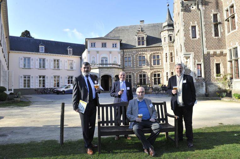 V.l.n.r.: burgemeester Harry Hendrickx, schepen Dries Van Dyck, voorzitter van de vzw Domein de Renesse Michel Grootjans en ondervoorzitter Karel Proost aan het kasteel.