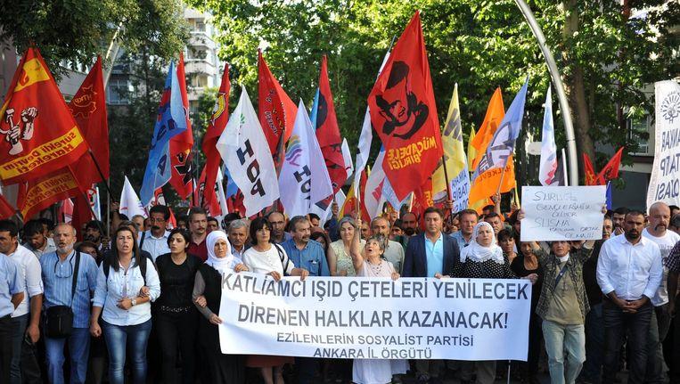 Turkse demonstranten gingen gisteren na de aanslag de straat op. Op het spandoek is te lezen 'IS zal verslagen worden, degenen die zich verzetten zullen winnen'. Beeld anp