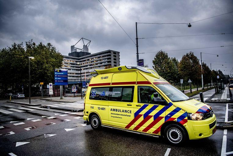 Een ambulance verlaat het terrein van het MC Slotervaart. Na het faillissement moet het ziekenhuis vijftig patiënten herplaatsen naar andere ziekenhuizen. Beeld ANP