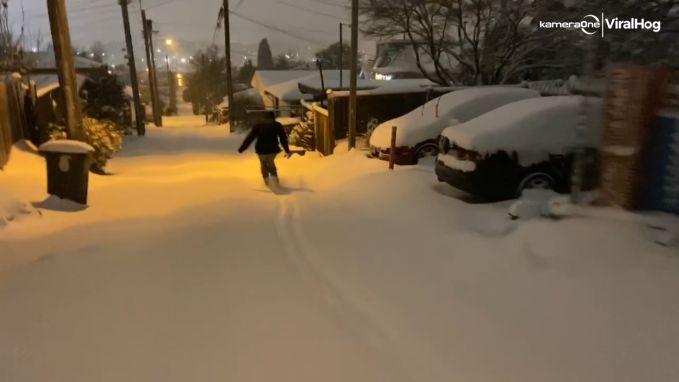 Wat een lol! Sneeuwstorm laat inwoners skiën in grootstad