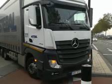 Oeps! Vrachtwagen rijdt zich helemaal klem op Merwedestraat