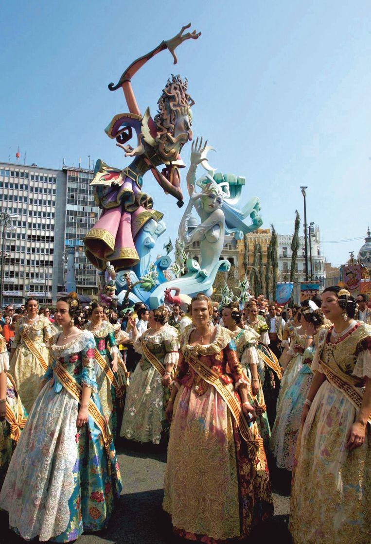 De deelneemsters aan de feesten, 'falleras', zijn uitgedost in fanatastische kostuums.