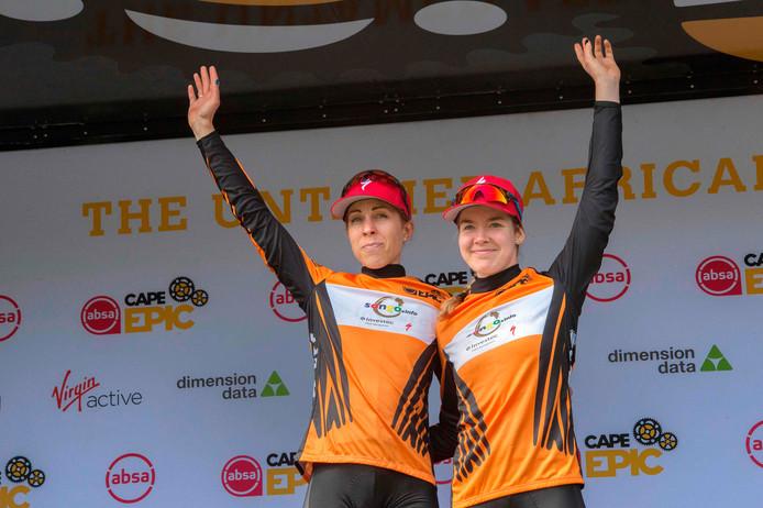 Anna van der Breggen (rechts) en Annika Langvad op het podium.