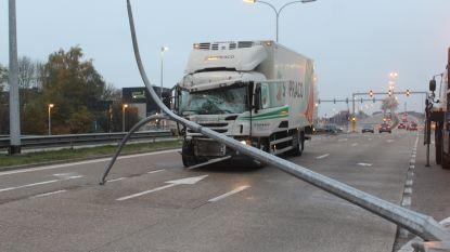 Vrachtwagen door middenberm na klap tegen auto in Hasselt: drie slachtoffers gewond