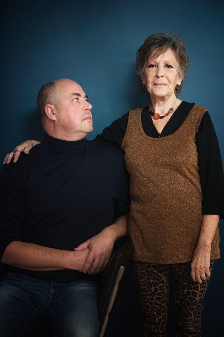 Anneke van der Plaats en haar zoon Peter Pelzer, die is opgeleid als dementiehulpverlener. Beeld Kiki Groot