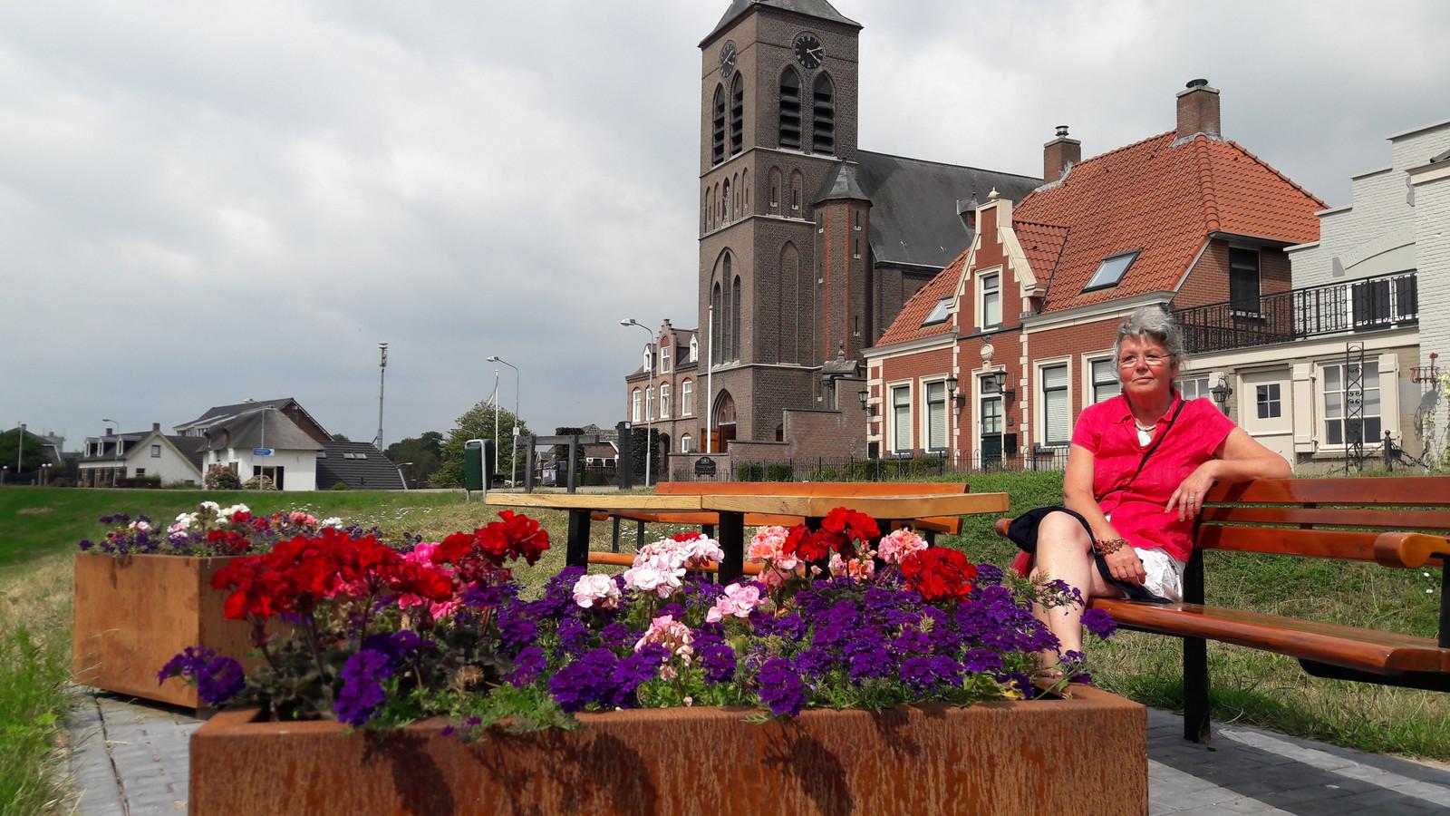 Ineke Hijmans op een van de zitjes van Fleurig Appeltern, een werkgroep van het dorpsplatform.