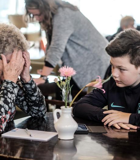 Ouderen op les: 'Je moet het zelf maar uitvinden met je smartphone'