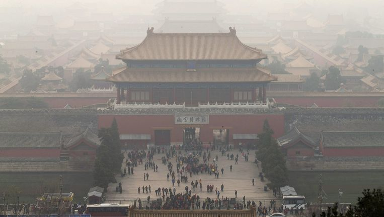 De verboden stad in Peking, gehuld in een waas van smog. Beeld anp